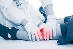 青年足球运动员膝盖痛苦,在白色背景 医生perfo 免版税图库摄影