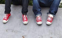 青年运动鞋 免版税库存照片