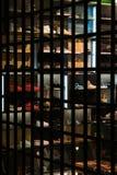 青年鞋店 鞋子在架子被安置在一个大窗口后 免版税库存图片