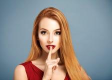 静寂 有手指的性感的妇女在她的嘴唇 库存照片