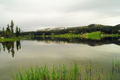 静止的一个高山湖 免版税库存照片