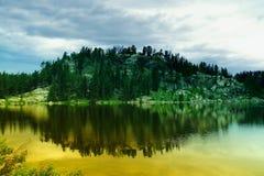 静止的一个高山湖 库存图片