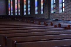 静止:stainglass颜色反射在教会里 库存图片