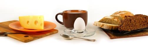 静物画全景用鸡蛋、乳酪和面包 图库摄影