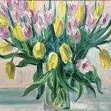 静物画在一个花瓶开花红色郁金香 免版税库存照片