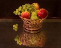 静物画水果篮和反射 图库摄影