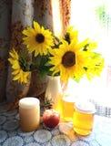 静物画用向日葵和蜂蜜 库存图片