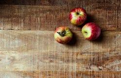 静物画用在土气木桌上的红色秋季苹果;从上面看见 免版税库存图片