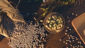 静物画用在桌上的鸡豆 股票视频