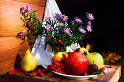静物画用苹果和梨在木背景 库存图片