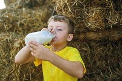 静物画用面包和牛奶 免版税库存照片