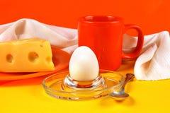 静物画用鸡蛋、乳酪和橙色杯子 库存照片