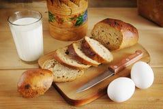 静物画用黑麦面包和一杯牛奶 库存照片