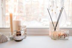 静物画细节在家内部的 芳香棍子,内部项目,蜡烛,喜怒无常 舒适秋天冬天光概念 复制 免版税图库摄影