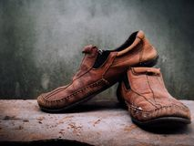 静物画老皮鞋和传送带 它更多肮脏和sha 免版税库存图片