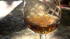 静物画:在板材的桌上是果子,在科涅克白兰地或白兰地酒旁边glasse  股票视频