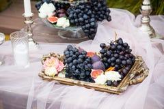 静物画:篮子用葡萄、无花果和李子 库存图片