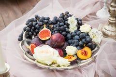 静物画:篮子用葡萄、无花果和李子 免版税库存照片