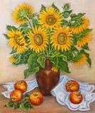 静物画-在花瓶的美丽的开花的向日葵在桌上用从庭院的新鲜的红色苹果 原始的油画 库存照片