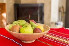 静物画-碗果子和阳光 免版税库存照片