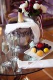 静物画、浪漫晚餐、两块玻璃和香槟在冰桶 庆祝或假日 免版税库存图片