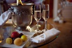 静物画、浪漫晚餐、两块玻璃和香槟在冰桶 庆祝或假日 免版税图库摄影