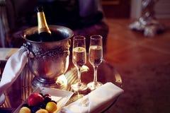 静物画、浪漫晚餐、两块玻璃和香槟在冰桶 庆祝或假日 图库摄影