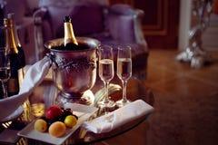 静物画、浪漫晚餐、两块玻璃和香槟在冰桶 庆祝或假日 库存图片