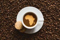 静物画-与非洲的地图的咖啡 库存图片