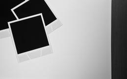 静物画减速火箭葡萄酒三空白的立即照片构筑在白色背景的卡片 免版税库存图片
