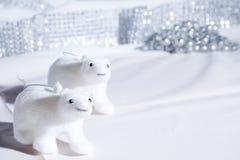 静物画北极熊在一个白色圣诞节场面的模型装饰 库存照片