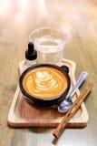 静物画-咖啡在一张木桌上的拿铁艺术 - Shallo 免版税库存照片
