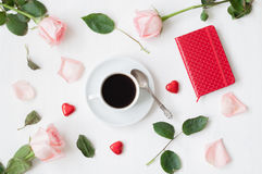 静物画-咖啡,桃子玫瑰,空白的爱卡片和心形的糖果,爱浪漫背景 库存照片