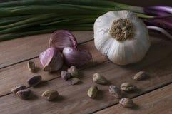 静物画大蒜、开心果和韭葱 库存照片