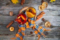 静物画季节性和假日概念 圣诞节被仔细考虑的酒 免版税图库摄影