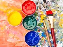 静物画-水彩调色板,油漆,刷子 库存照片