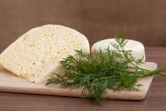 静物画用乳酪和绿色 库存照片