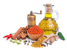 静物画用在白色和橄榄油隔绝的香料 库存图片