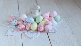 静物画用在白色木纹理的五颜六色的复活节彩蛋 免版税库存图片