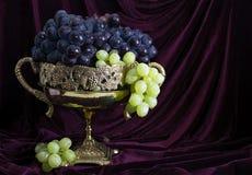 静物画用在花瓶2的葡萄 免版税库存图片