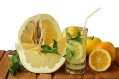 静物画用柠檬水和帕梅拉 免版税库存照片