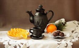 静物画用桔子、甜点和咖啡具 免版税库存照片