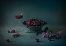 静物画用樱桃和酒 免版税库存照片