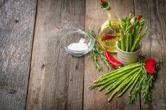 静物画用橄榄油芦笋、鲕梨,胡椒和rosemar 免版税库存照片