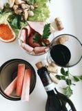 静物画用海鲜和红葡萄酒 免版税库存照片