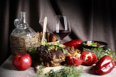静物画用肉和菜 免版税库存图片