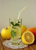 静物画用苹果和柠檬水 库存照片