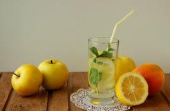 静物画用苹果和柠檬水 免版税库存图片