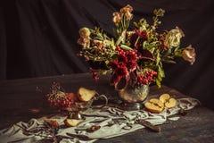 静物画用苹果和秋天花 库存图片