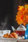 静物画用茶和新月形面包 图库摄影